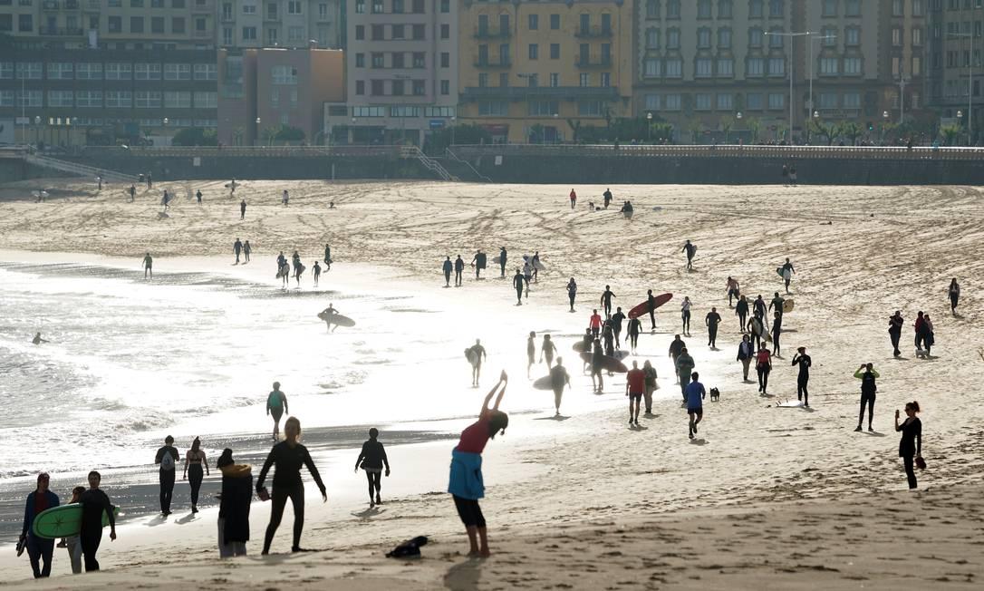 Moradores voltam a frequentar a praia de Zurriola, em San Sebastián Foto: VINCENT WEST/REUTERS