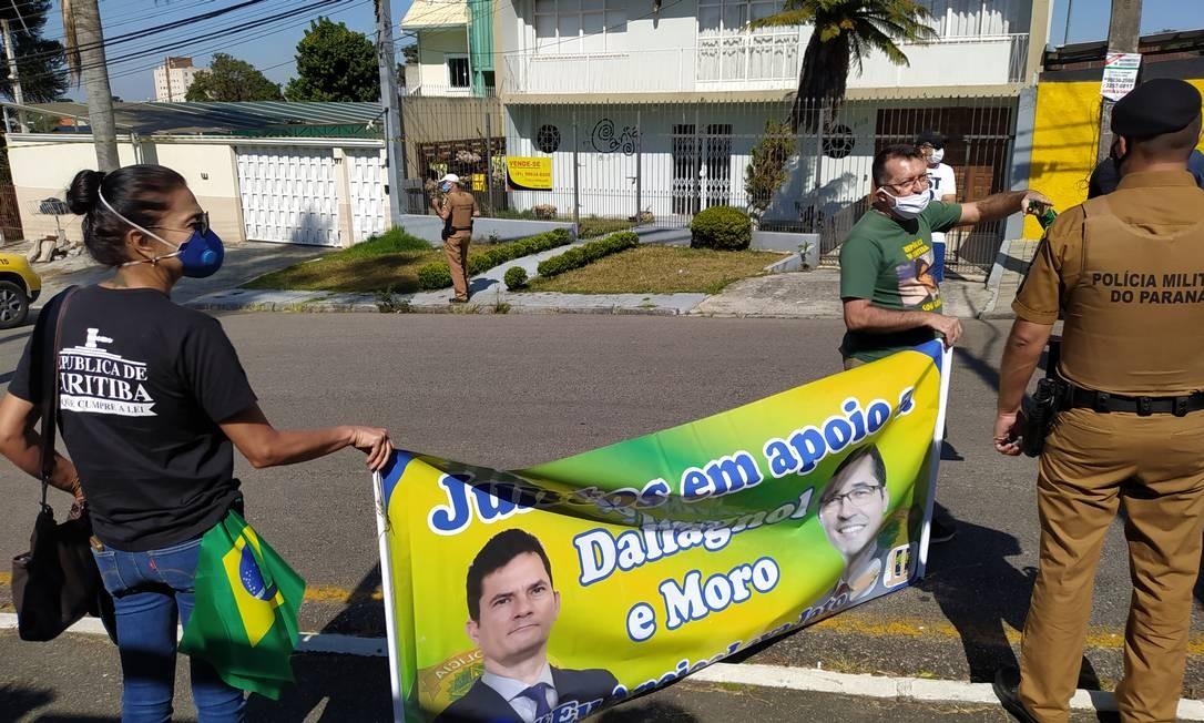 Manifestantes em apoio ao ex-ministro Sergio Moro na porta da Polícia Federal em Curitiba Foto: Andrea Torrente / Agência O Globo