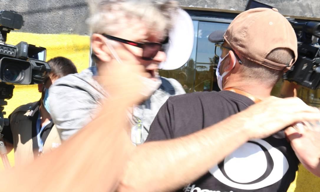 Homem tenta ser contido por cinegrafista da Band, após agredir outro profissional da TV Record Foto: Eduardo Matsyak / Futura Press