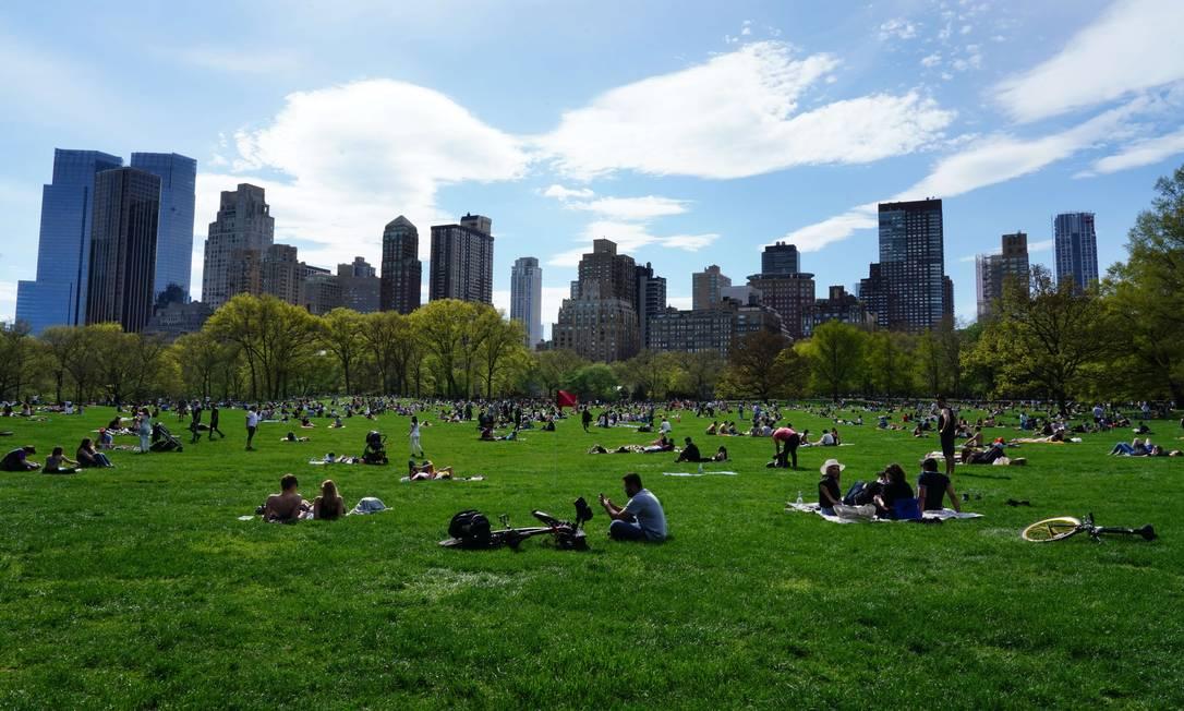Apesar das medidas de isolamento social, nova-iorquinos foram tomar sol no Central Park Foto: Cindy Ord/AFP
