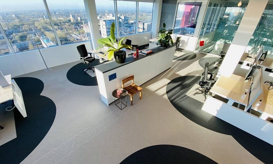 """No projeto Six Feet Office, demarcações no chão ajudam a manter """"espaço de segurança"""" de ao menos dois metros entre as pessoas Foto: Divulgação"""