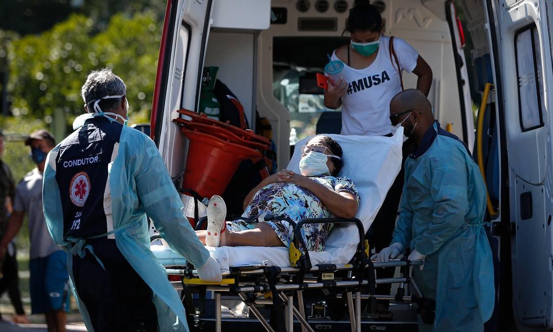 Paciente com sintomas da Covid-19 é levada para uma ambulância em Brasília Foto: Pablo Jacob / Agência O Globo