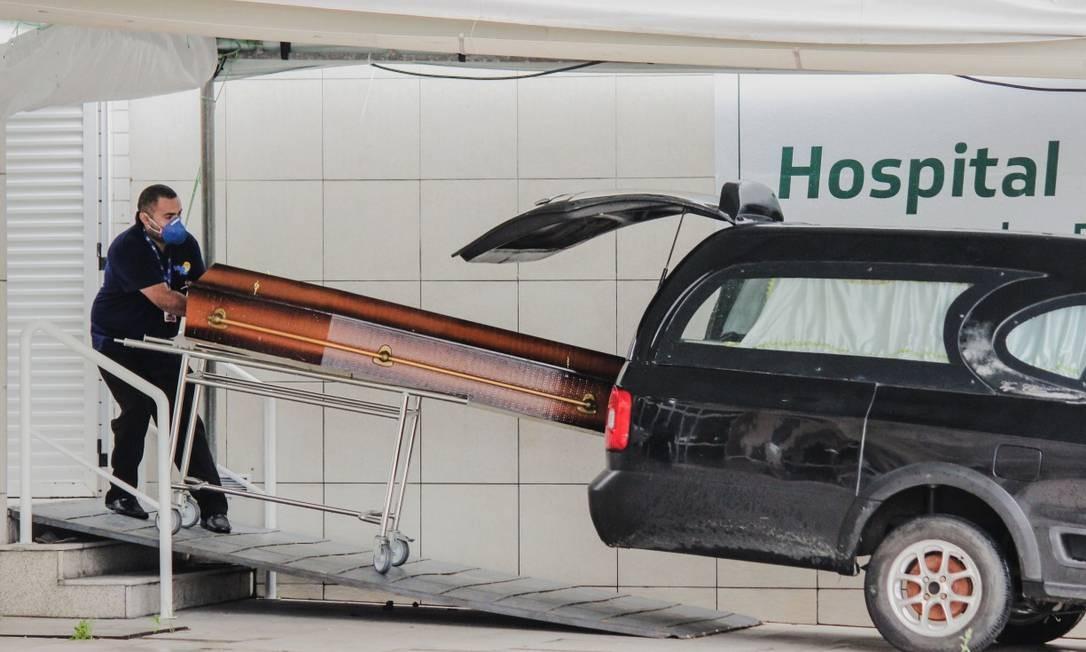 Carro de funerária recolhe caixão em Fortaleza Foto: Mateus Dantas / Agência O Globo
