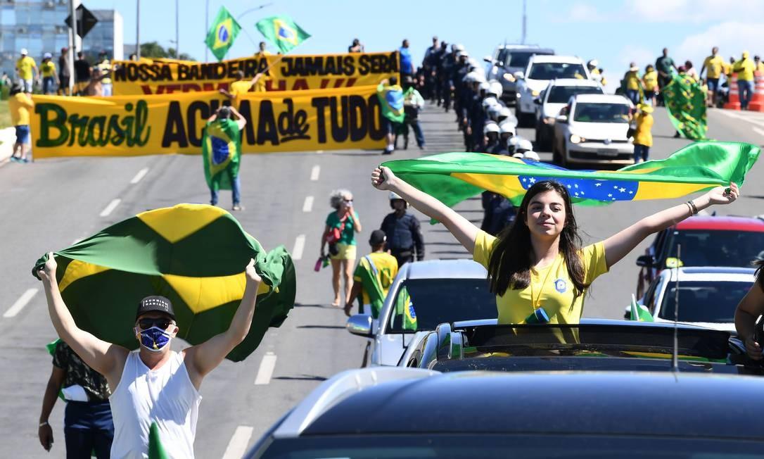 Apoiadores de Bolsonaro participam de nova manifestação em meio ao surto de coronavírus para mostrar seu apoio ao presidente, em Brasília Foto: EVARISTO SA / AFP