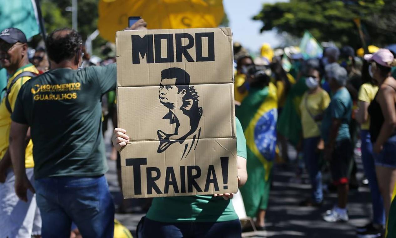 """Manifestante exibe cartaz com desenho do ex-ministro da Justiça Sergio Moro como um peixe e a inscrição """"traíra"""" abaixo Foto: Jorge William / Agência O Globo"""