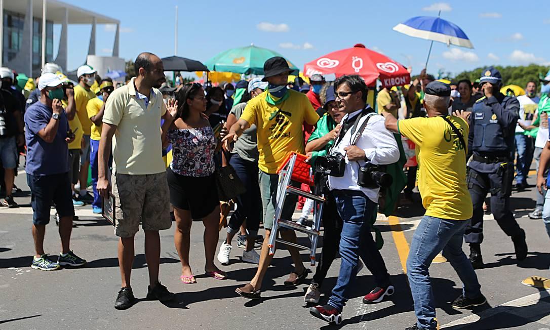 Fotógrafo é hostilizado durente manifestação Foto: Jorge William / Agência O Globo