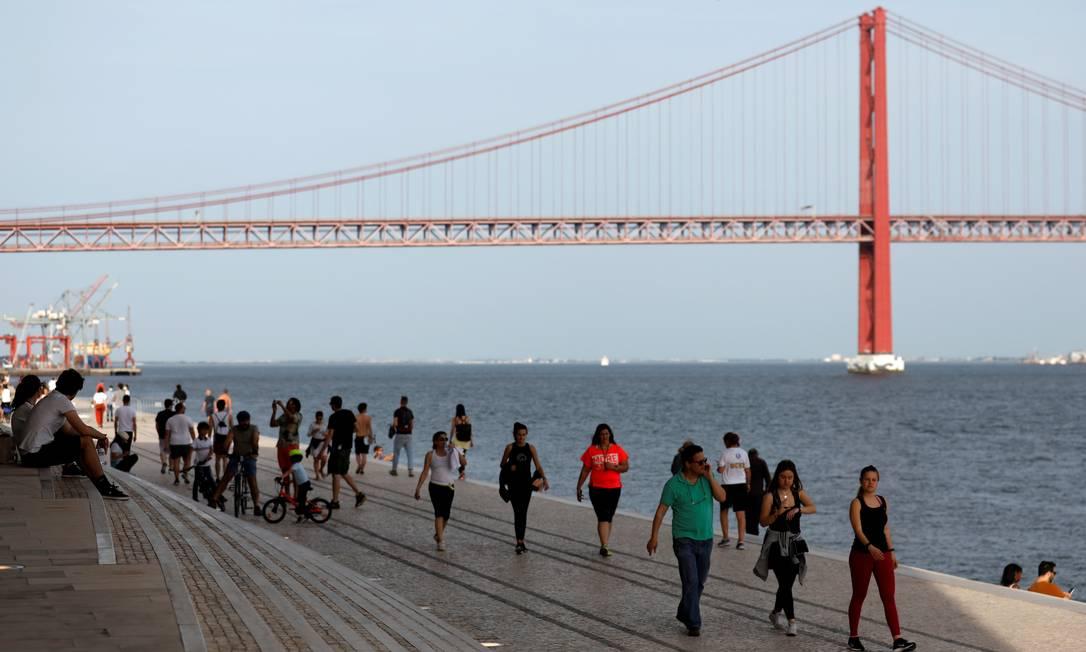 Pessoas caminham em Lisboa, no primeiro dia de relaxamento das medidas de isolamento social Foto: RAFAEL MARCHANTE / REUTERS