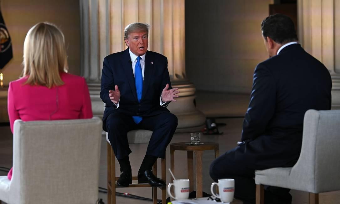 Trump durante entrevista virtual à Fox News no Lincoln Memorial Foto: JIM WATSON / AFP