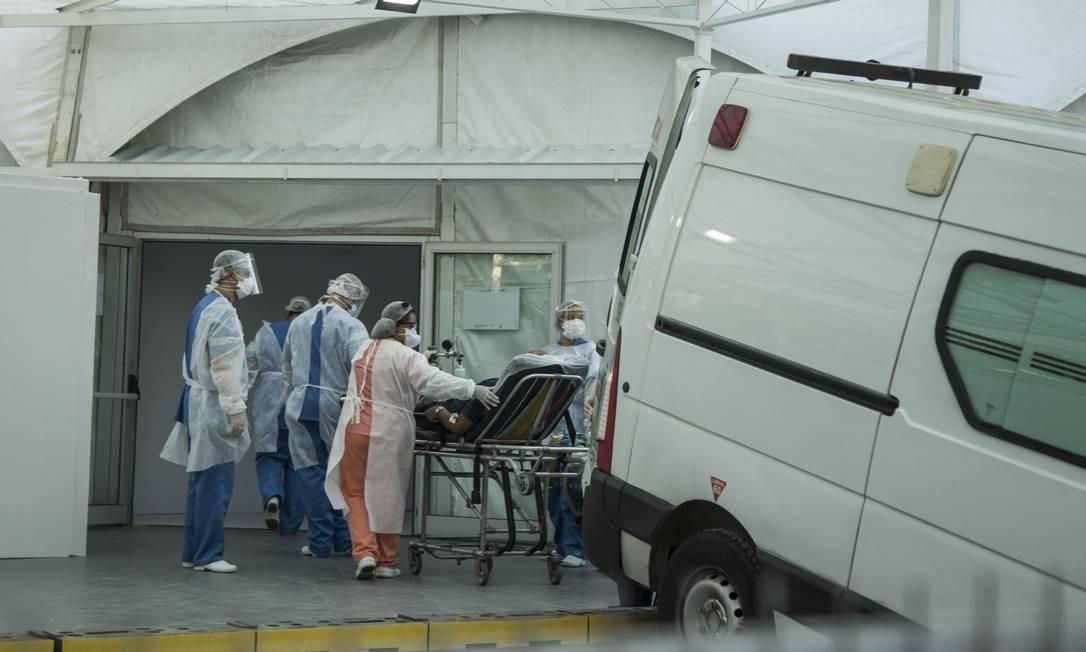 Paciente chega de maca para ser internado no hospital de campanha do Leblon Foto: Guito Moreto / Agência O Globo