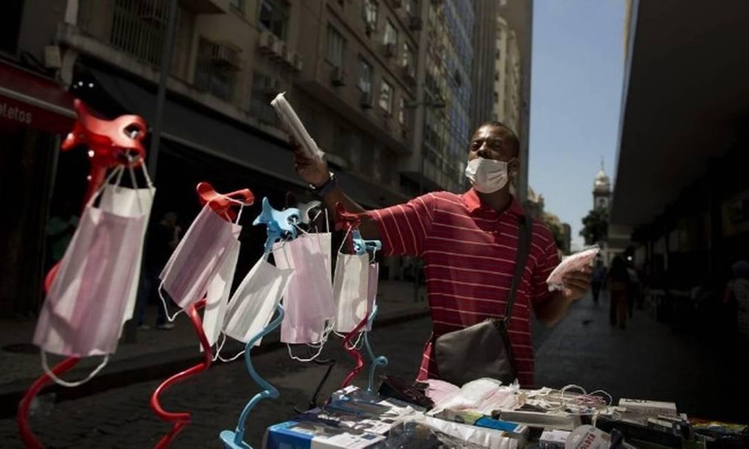 Camelô vendendo máscaras nas ruas do Rio no início da epidemia de coronavírus na cidade Foto: Márcia Foletto