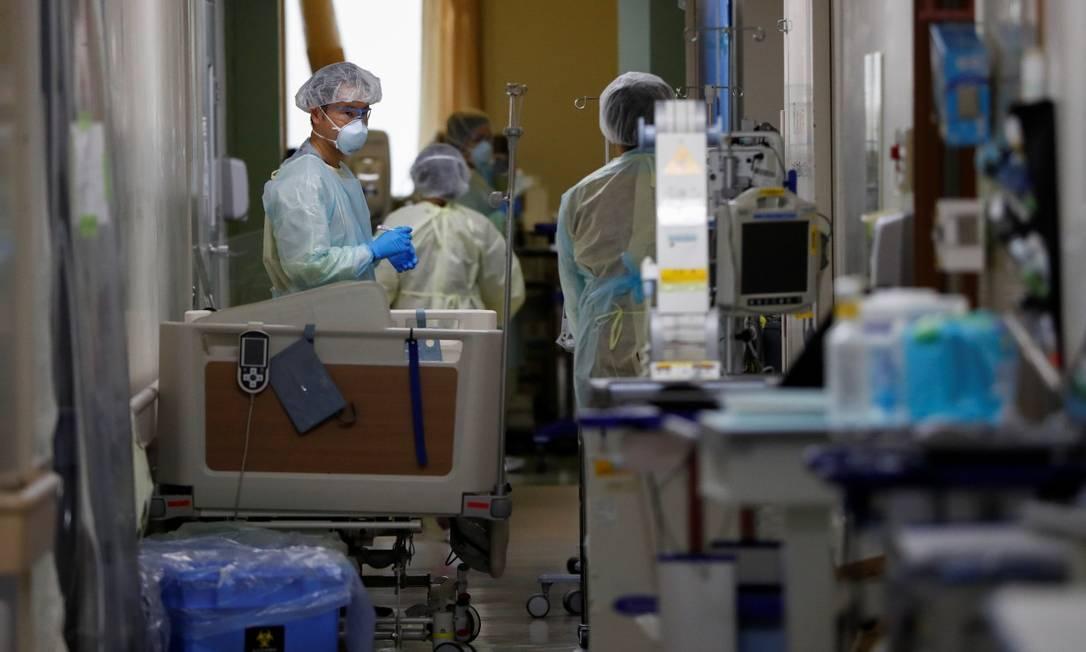 Funcionários da saúde trabalham na UTI do Hospital da Universidade Médica Santa Mariana, em Kawasaki, no Japão Foto: ISSEI KATO / REUTERS
