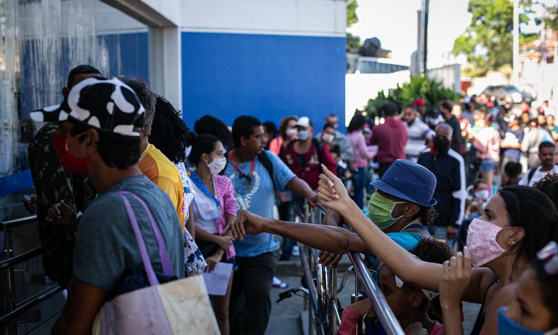 Aglomeração e fila em agência da Caixa na Rua Augusto de Vasconcelos, em Campo Grande, apesar do horário ampliado de atendimento Foto: Hermes de Paula / Agencia O Glob / Agência O Globo