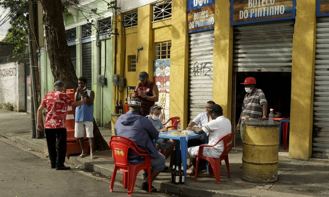 Contrariando autoridades públicas, bar abriu as portas no bairro do Estácio, no Rio, no último domingo Foto: Gabriel de Paiva / Agência O Globo