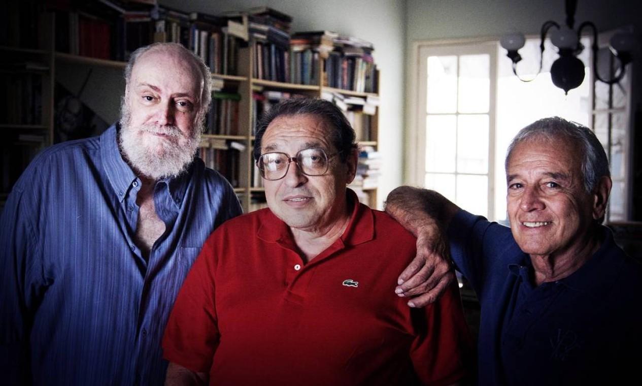 Blanc ao lado do jornalista Ruy Castro (centro) e do compositor Carlinhos Lyra, em 2010 Foto: Leo Aversa / Agência O Globo