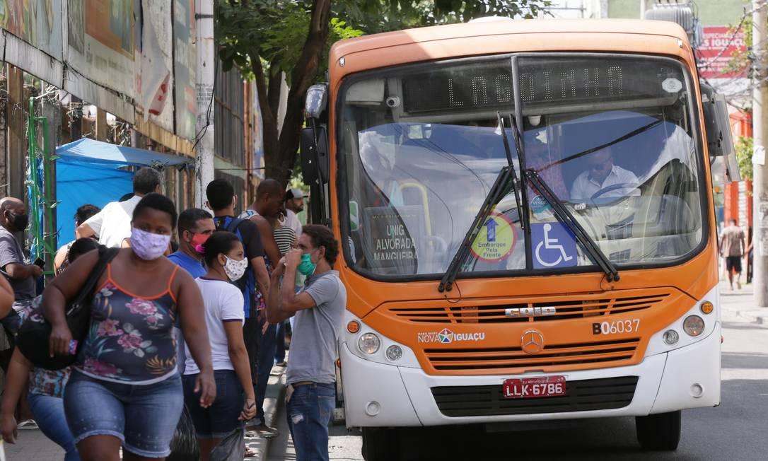Ponto de ônibus na Rua Bernardino de Melo, em Nova Iguaçu Foto: Cléber Júnior