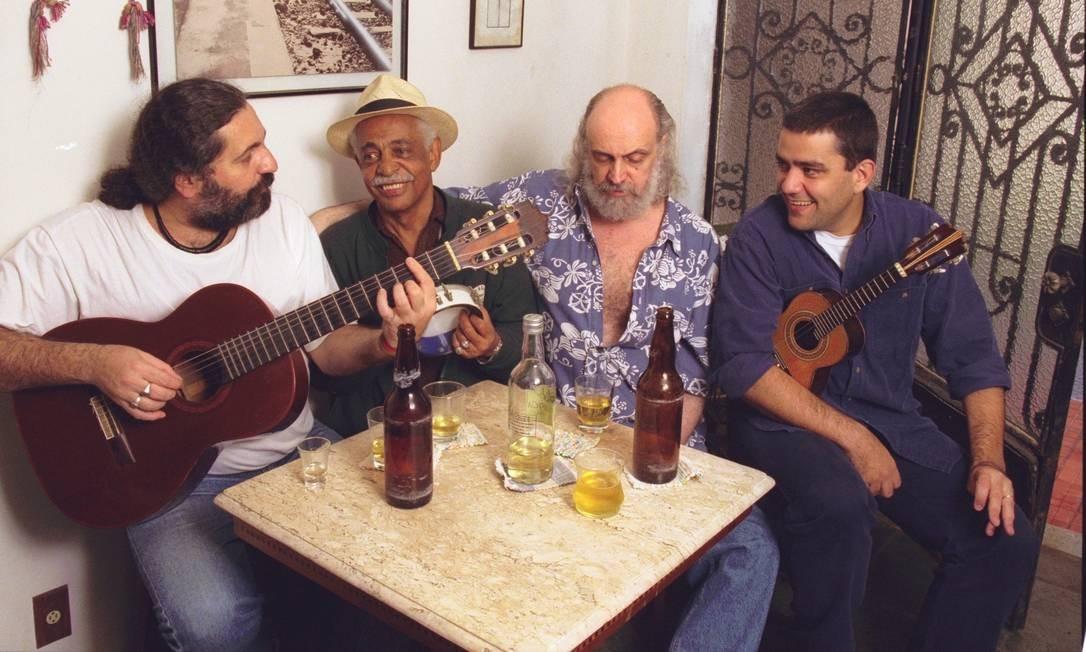 Farra entre amigos em 2000: Moacyr Luz, Walter Alfaiate, Aldir Blanc e Jaime Vignolli, tocam na casa do Moacyr durante o aniversário de Walter Alfaiate, na Tijuca Foto: Guto Costa /