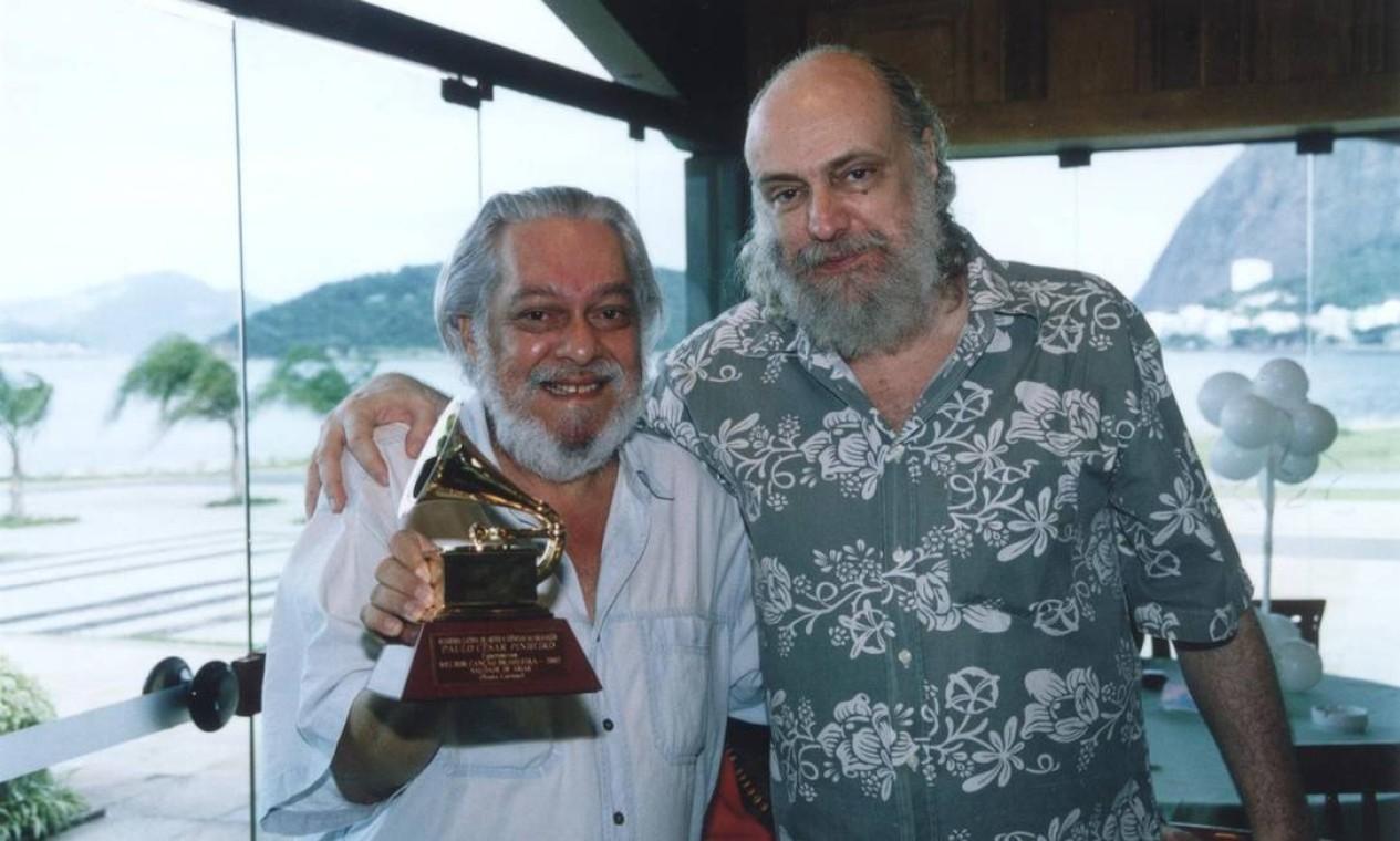 Os compositores Paulo César Pinheiro, segurando seu Grammy, e Aldir Blanc, em 2002, durante encontro no Rio Foto: Vera Donato /
