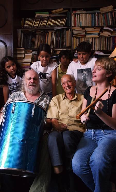 Encontro de gerações: Aldir Blanc com o pai, Alceu, e a filha Mariana Blanc, em 2004 Foto: Fábio Rossi /