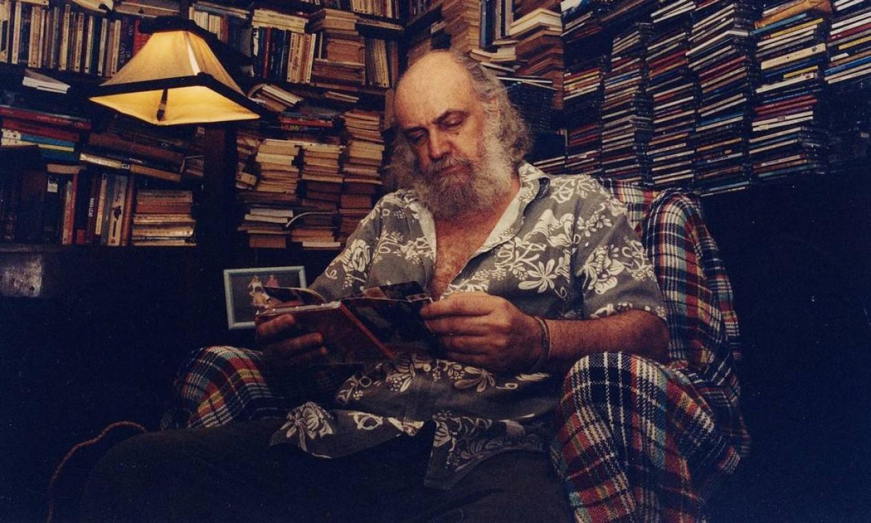Aldir Blanc em sua biblioteca, em 2004. Amor pela palavra foi herdado do avô, que lhe presenteava com gibis e livros de bolso Foto: Divulgação