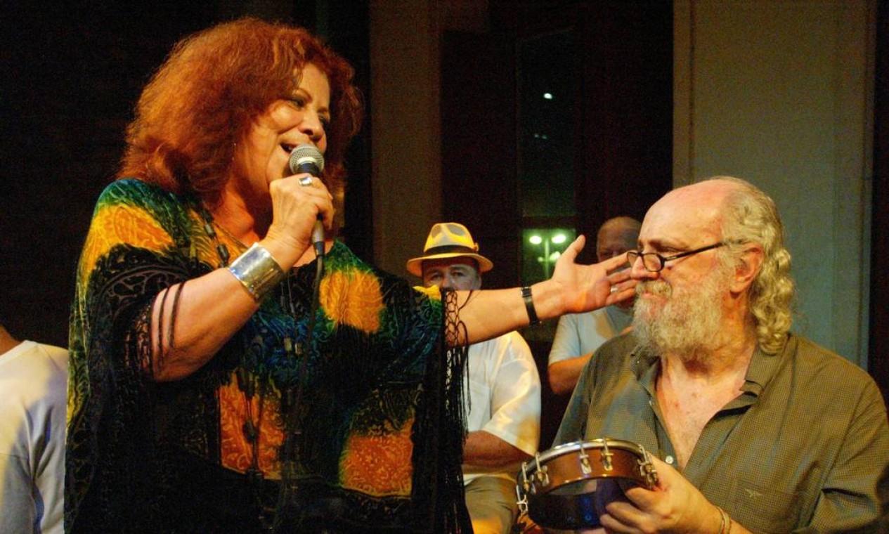 A sambista Beth Carvalho canta em homenagem a Aldir Blanc no aniversário dele em 2003, no Centro Cultural Carioca Foto: Gustavo Stephan /