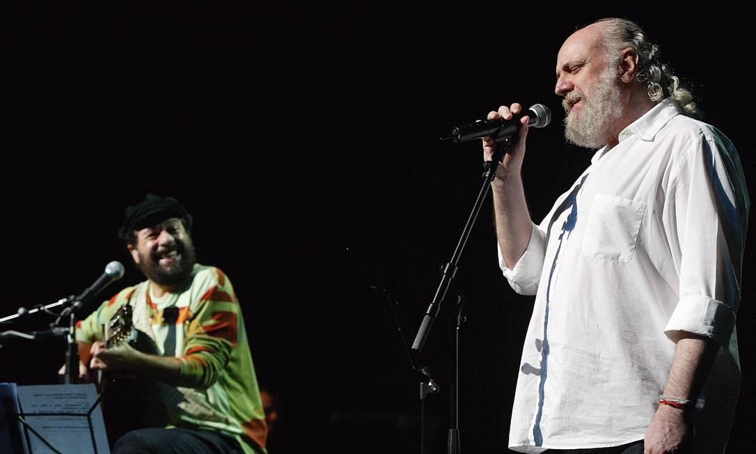 Aldir Blanc e João Bosco se paresentam durante o 24º Prêmio Shell de Música, no Teatro Carlos Gomes, no centro do Rio, em 2004 Foto: Marco Antônio Teixeira / Agência O Globo