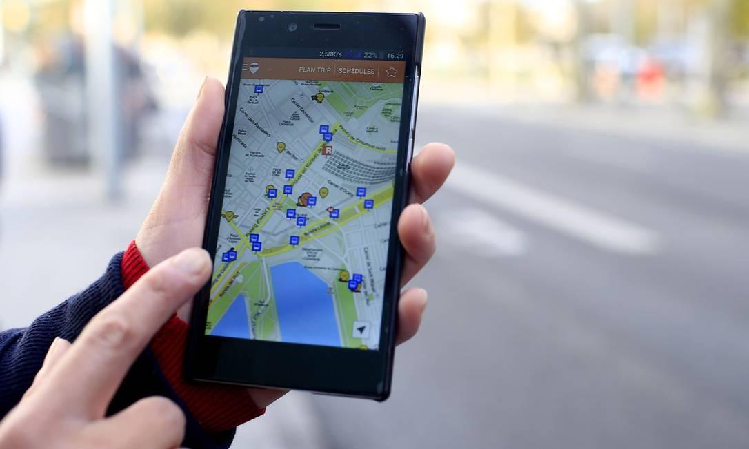 O aplicativo Moovit oferece aos usuários opções de transporte público nas cidades Foto: Pau Barrena / Bloomberg