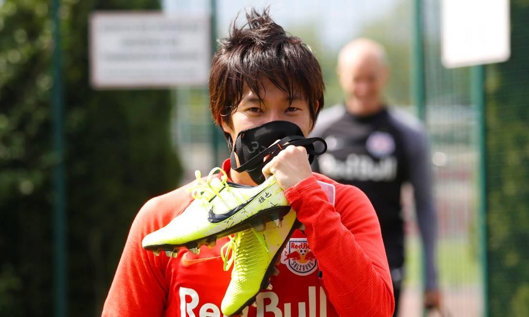 Masaya Okugawa coloca máscara no treino do RB Salzburg, na Áustria Foto: LEONHARD FOEGER / REUTERS