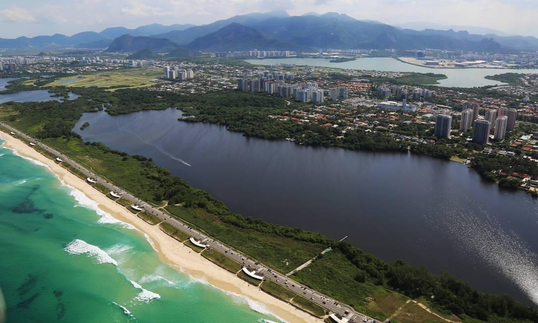 Praia Barra da Tijuca, em 23 de abril, feriado estadual. Fotos de praias desertas no litoral fluminense farão parte de documentário Foto: Ernesto Galiotto /