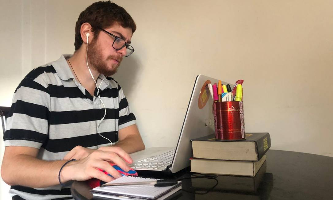 O professor de biologia Gerson Moraes em aula on-line Foto: Arquivo pessoal / Arquivo pessoal