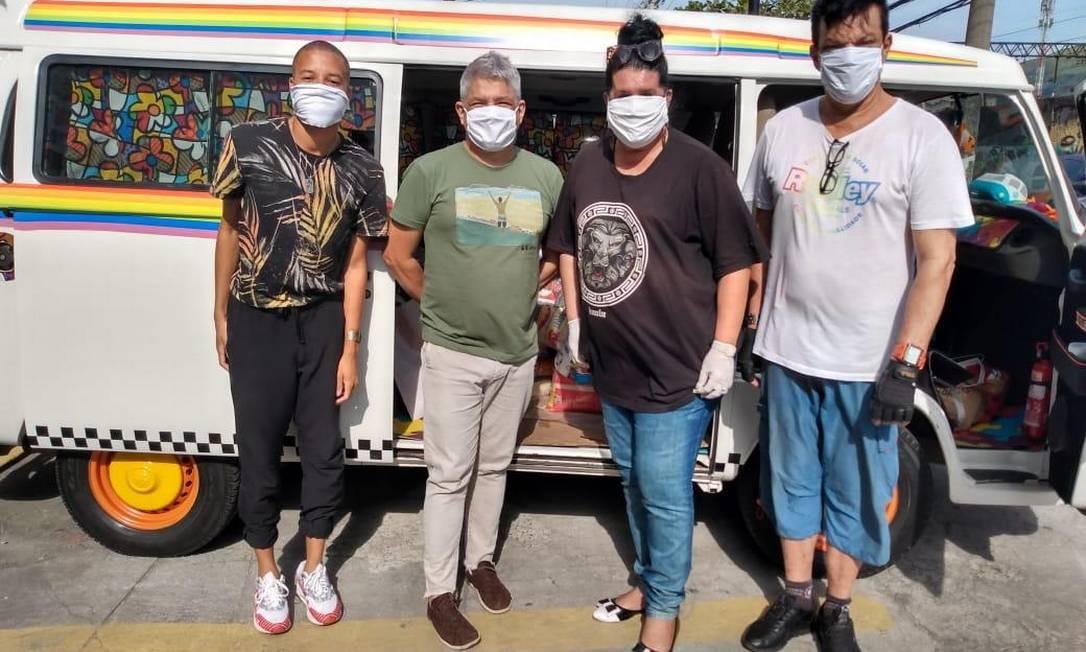 Equipe do Grupo Arco-Íris entregando cestas em Madureira Foto: Divulgação