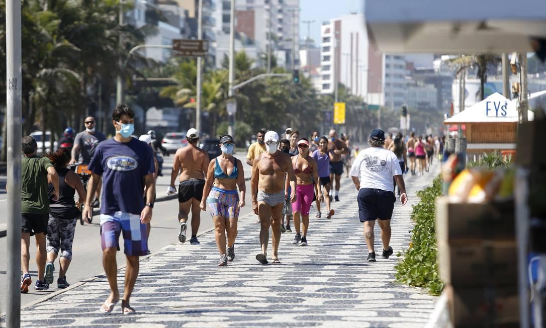 No fim de abril, cariocas desrespeitam isolamento social e praticam esportes em dia de sol na Praia de Ipanema, no Rio Foto: Fábio Rossi / Agência O Globo