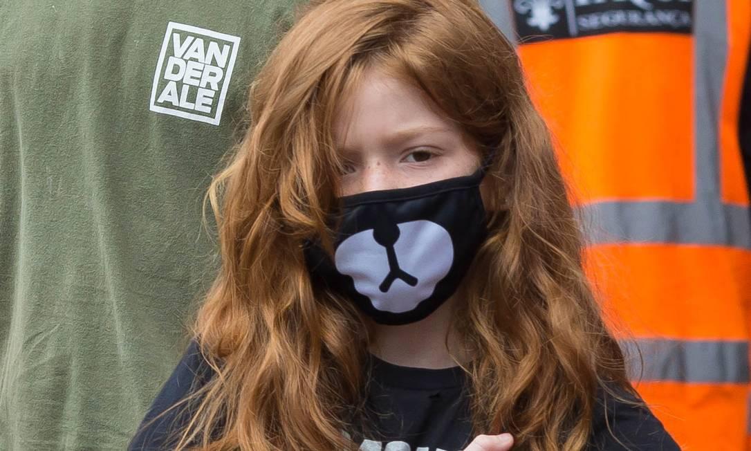 Criança usa máscara para se proteger contra o vírus Foto: Edilson Dantas / Agência O Globo