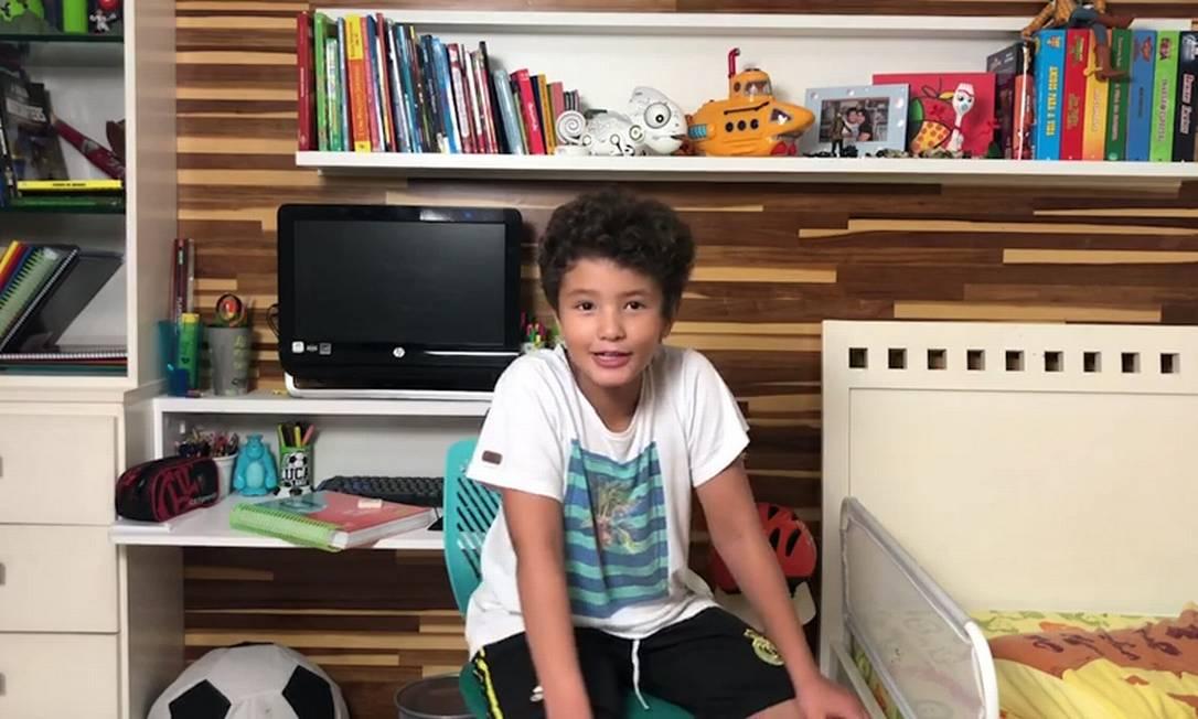 Morador de Niterói, Lucas Nalim, de 8 anos, está isolado em casa, onde estuda e joga, mas se preocupa com a avó, que, segundo ele, sai muito Foto: Agência O Globo
