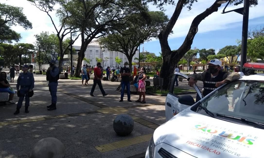 Sombras da Praça Deodoro são concorridas, na manhã desta terça-feira, por quem espera atendimento na agência da Caixa Econômica Federal Foto: Alabani Ramos / Agência O Globo