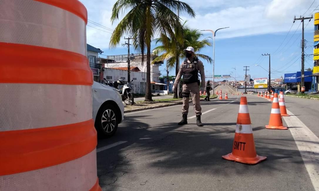 Acesso à ponte sobre o Rio Anil é controlado pela Guarda Municipal Foto: Alabani Ramos / Agência O Globo
