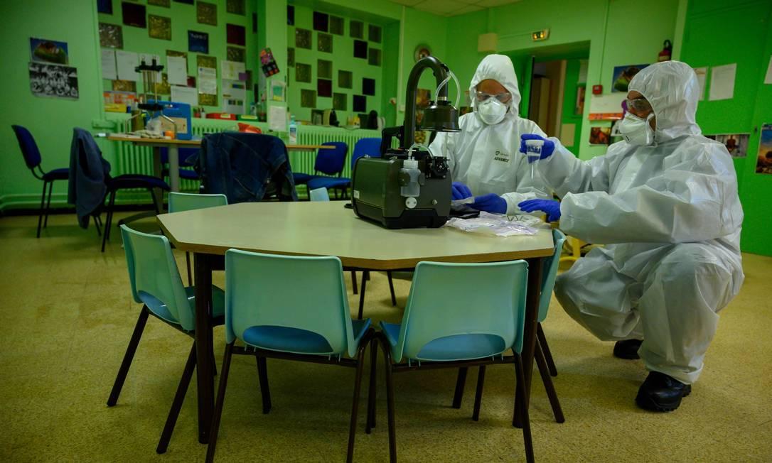 Pesquisadores franceses coletam ar em escola de Marselha para identificar presença de Sars-CoV-2 Foto: CHRISTOPHE SIMON/AFP / CHRISTOPHE SIMON/AFP