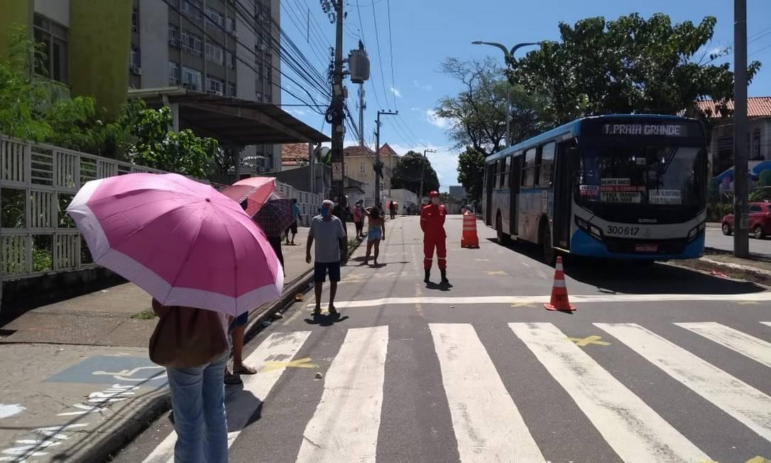 Beneficiários aguardam atendimento, sob sol forte de São Luís, em locais demarcados à beira da Avenida Getúlio Vargas, no Centro Foto: Alabani Ramos / Agência O Globo