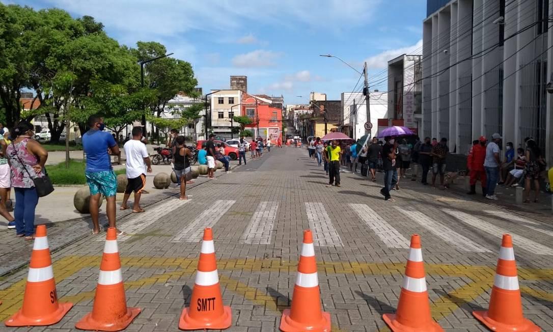 Rua do Sol, no centro, foi interditada para facilitar o acesso à Agência da Caixa Foto: Alabani Ramos / Agência O Globo