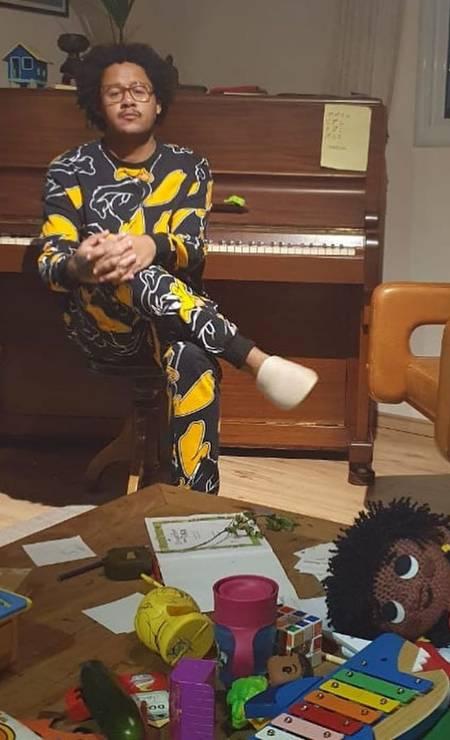 """""""Pequenas alegrias da vida adulta"""", escreveu o rapper Emicida, em referência à música do disco atual """"Amarelo"""", na legenda da fonto na qual aparece de pijama, em frente ao piano e com brinquedos espalhados pelos chão da casa Foto: Reprodução / Instagram"""