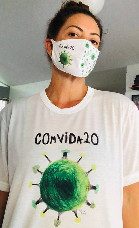 A atriz Fabíula Nascimento postou foto com a camisa da campanha COmVida20, inspirada no desenho da jovem Manuela Carvalho, de 11 anos. A iniciativa humanitária tem objetivo de arrecadar cestar básicas para pessoas em situação de vulnerabilidade pessoal e fazer refletir sobre o futuro do planeta Foto: Reprodução / Instagram