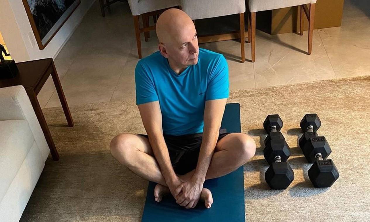 """Mente sã, corpo são. O historiador, professor e palestrante Leandro Karnal postou uma foto em seu Instagram, mostrando seu momento de cuidado com a forma física: """"Após quase duas horas de leitura de jornais, chegou a hora de consciência corporal"""", escreveu Karnal em sua postagem Foto: Reprodução / Instagram"""
