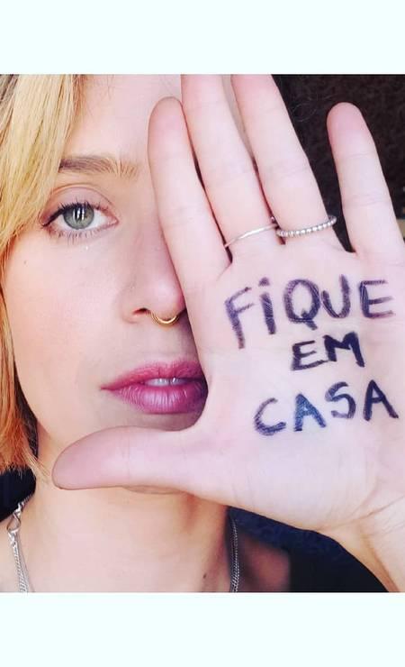 """A atriz Mel Lisboa escreveu a frase """"fique em casa"""" na palma da mão e postou foto no Instagram seguida da mensagem: """"Se puder. Pelo bem de todos"""" Foto: Reprodução / Instagram"""
