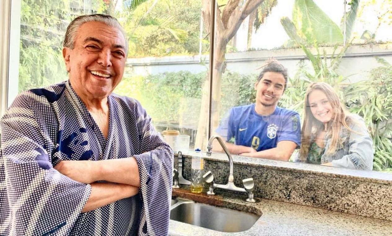 O cartunista Mauricio de Sousa postou foto do momento em que recebe a visita do filho caçula, Marcelo, e da namorada dele, Luisa, pela janela da cozinha Foto: Reprodução / Instagram