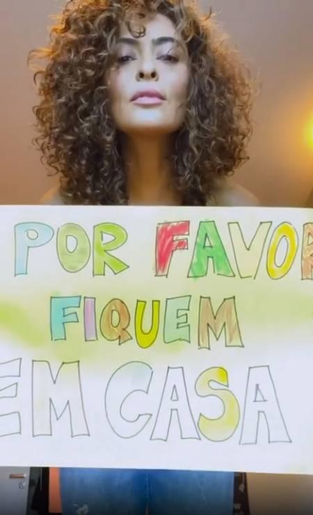 """Juliana Paes manda um recado bem colorido para seus seguidores: """"Por favor fiquem em casa"""" escreveu a atriz em um cartaz Foto: Reprodução / Instagram"""