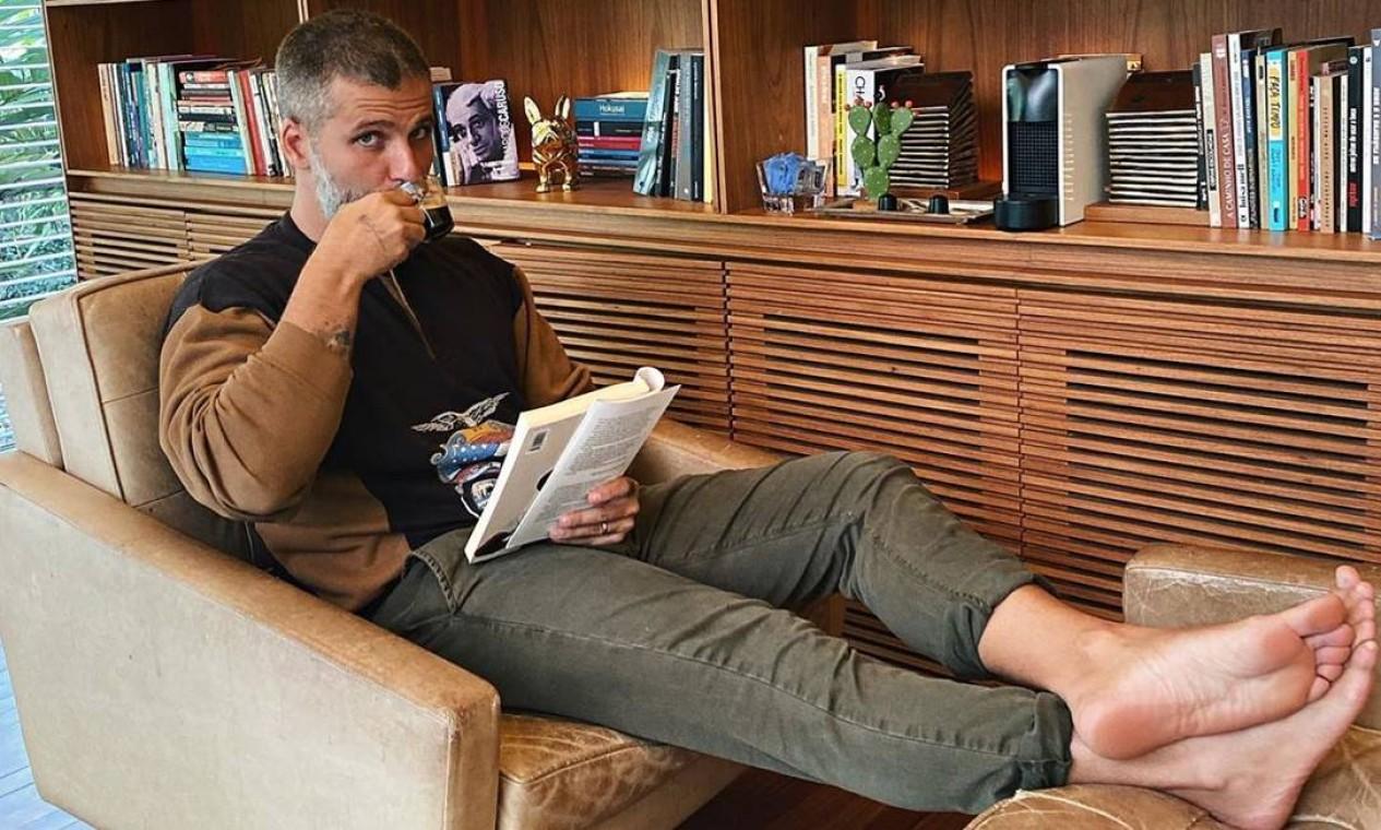 """O ator Bruno Gagliasso tem dedicado suas tardes à leitura durante a quarentena: """"com meu livro, ouvindo as crianças no jardim e tomando meu café"""", escreveu o ator em seu Instagram Foto: Reprodução / Instagram"""