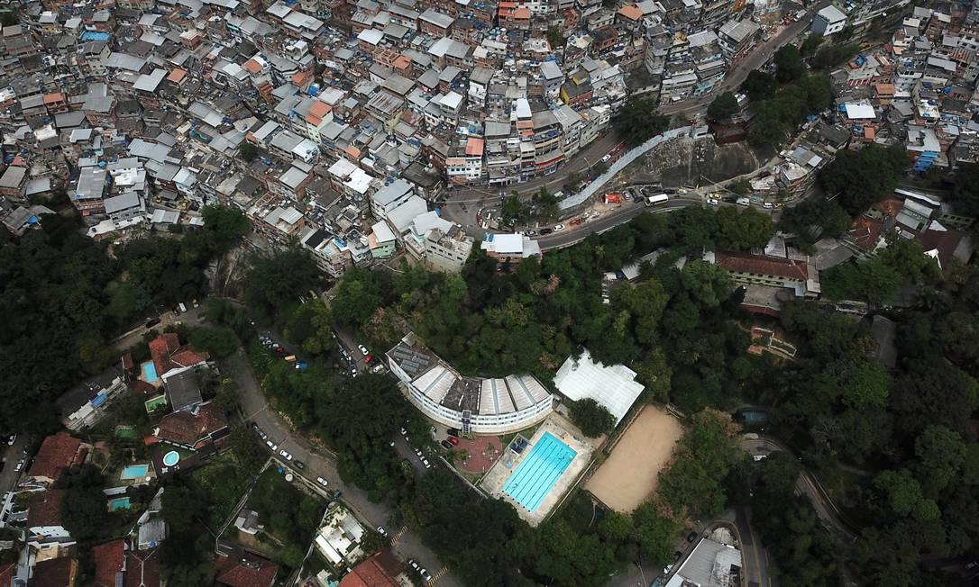 A desiguldade das mansões, no bairro da Gávea, com o amontoado de casas da Rocinha Foto: Custódio Coimbra / Agência O Globo