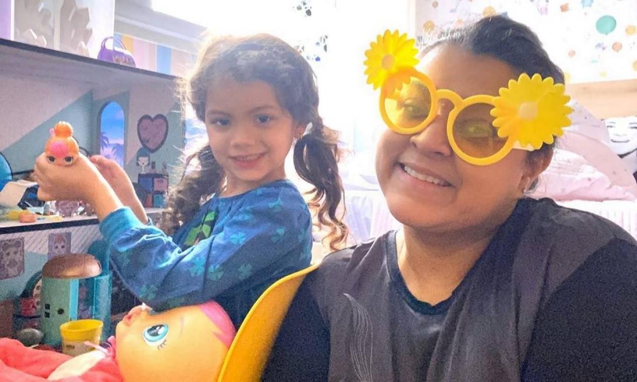 Preta Gil, que testou positivo para Covid-19 e já está curada, postou foto brincando com sua neta durante a quarentena Foto: Reprodução / Instagram