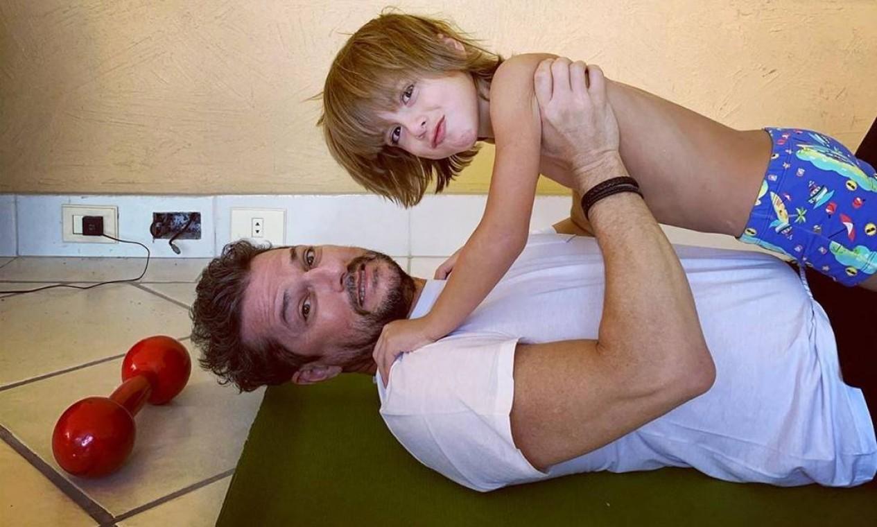 """""""Inventando uma nova forma de malhar!!!"""", escreveu o ator Marcelo Serrado ao postar foto com o filho e a hashtag """"emcasa"""" Foto: Reprodução / Instagram"""