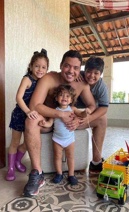 """O cantor Wesley Safadão com os filhos durante o isolamento social. """"Muito amor na quarentena"""", escreveu em sua postagem Foto: Reprodução / Instagram"""