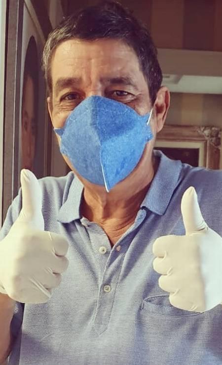 """O sambista Zeca Pagodinho psotou uma foto em seu Istagram com um recado pra seus seguidores: """"Bom dia, família do samba! Mais uma semana que se inicia! A orientação é, se puder, fica em casa! Só assim vamos diminuir a curva de crescimento do Corona vírus! Se precisar sair, faça como o Zeca: use máscara!"""" Foto: Reprodução / Instagram"""